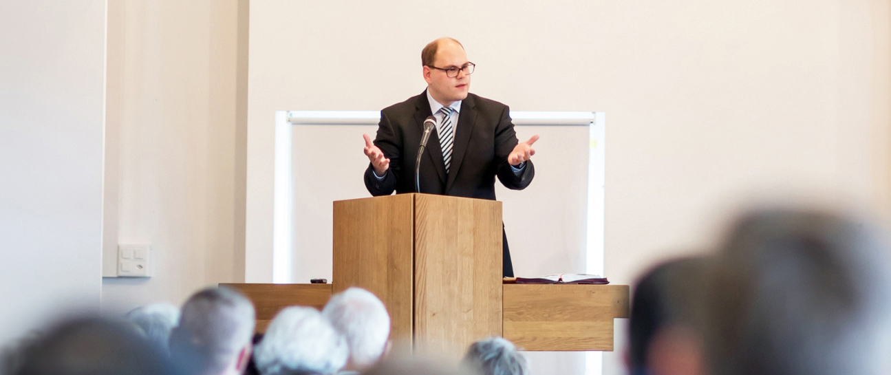 Ramun Badertscher bei einer Predigt
